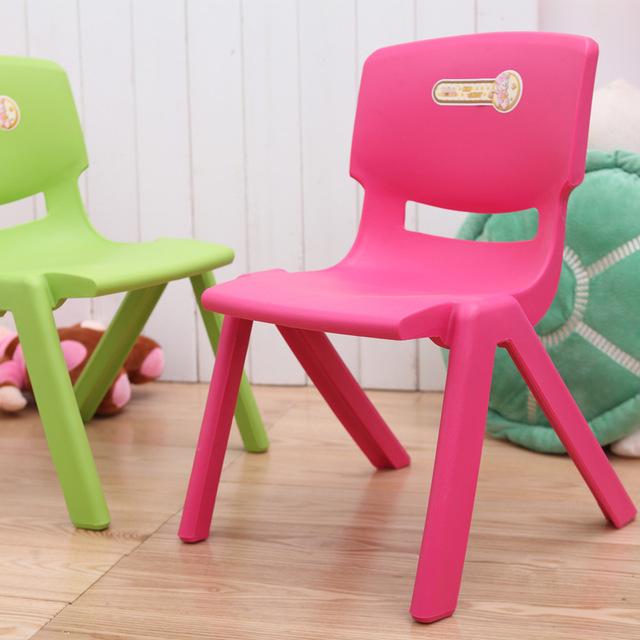 petite chaise en plastique pi ti li. Black Bedroom Furniture Sets. Home Design Ideas