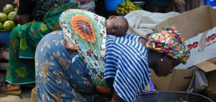 Voici la sélection d écharpe de portage bébé pour vous     . Pagne africain  portage 5624419530f